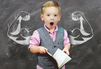 Kind stark Muskeln