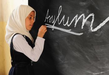 Tafel Kind schreibt Asyl Kopftuch
