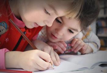 Kinder Schüler schreiben Heft